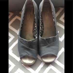 Size 9 Toms classic peep toe wedge